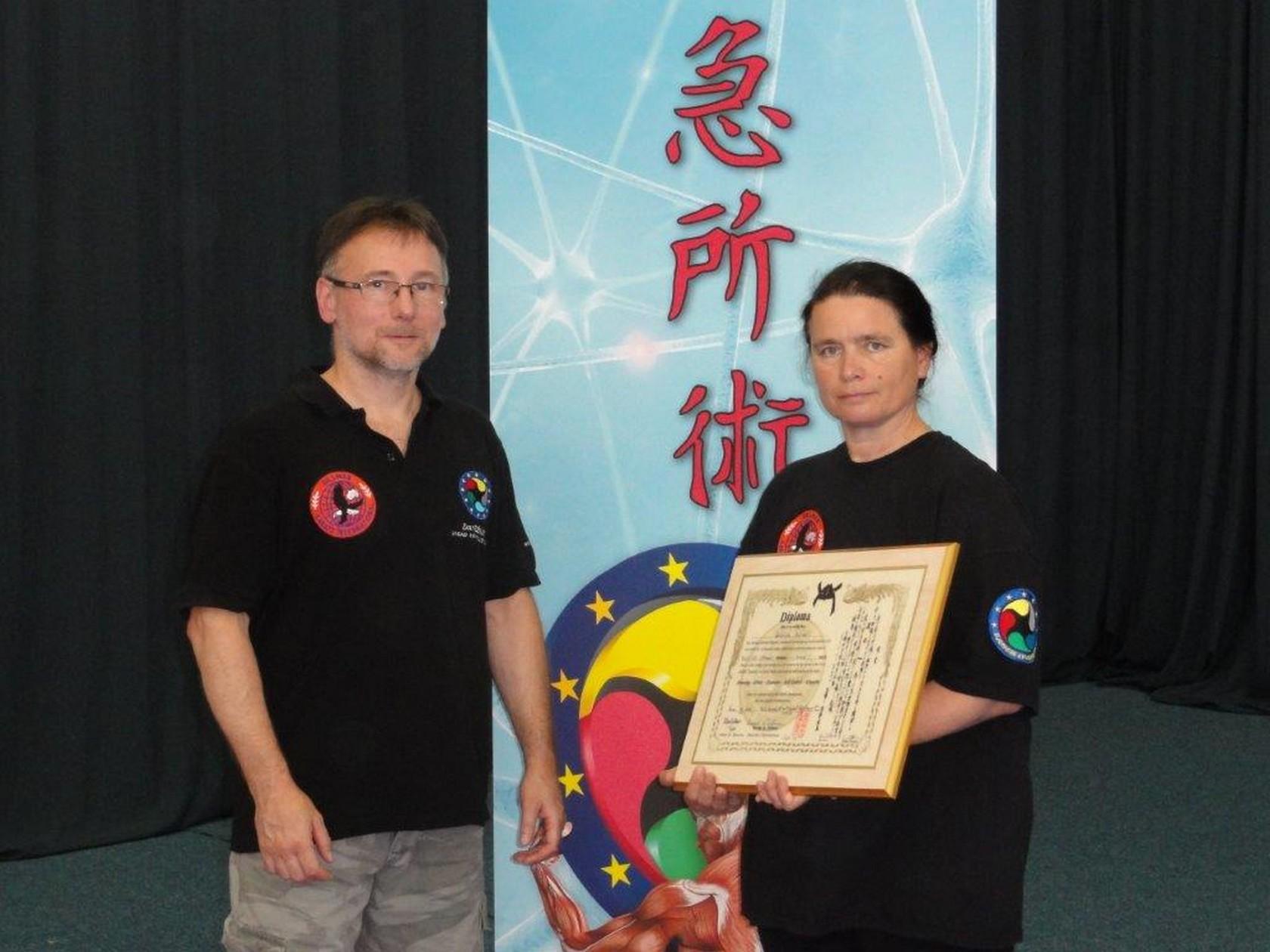 Urkundenverleihung: Gabriele Dziruni (EKA Kyusho Level 4) bekommt den 1. Dan Kyusho - Dillmann Karate