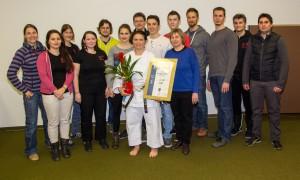Gabriele Dziruni dankt ihren Trainern, Trainerinnen und Trainerassistenten für ihre Mitarbeit im Verein. von links nach rechts: